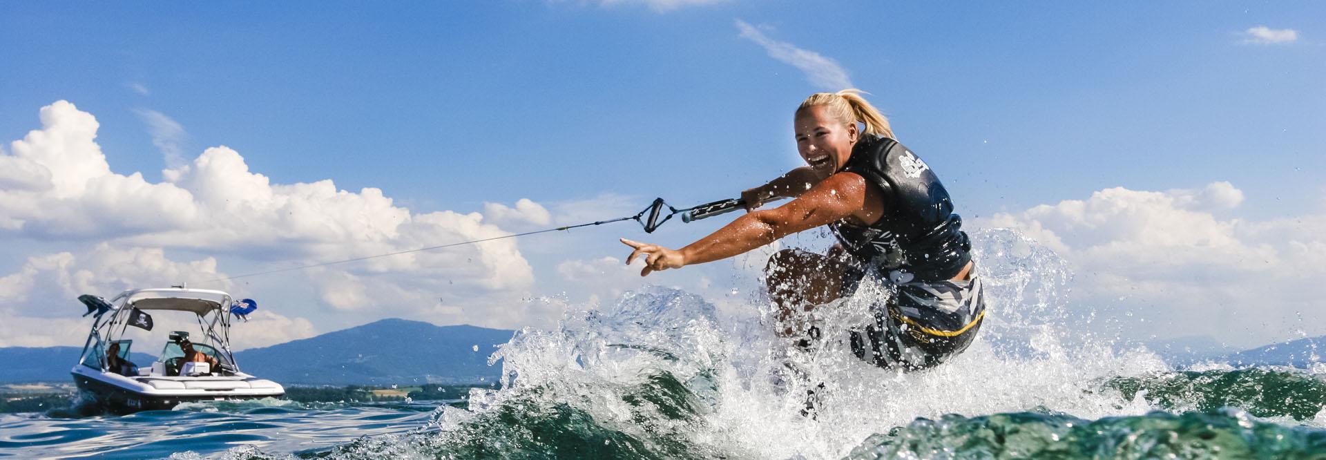 femme faisant du wake board
